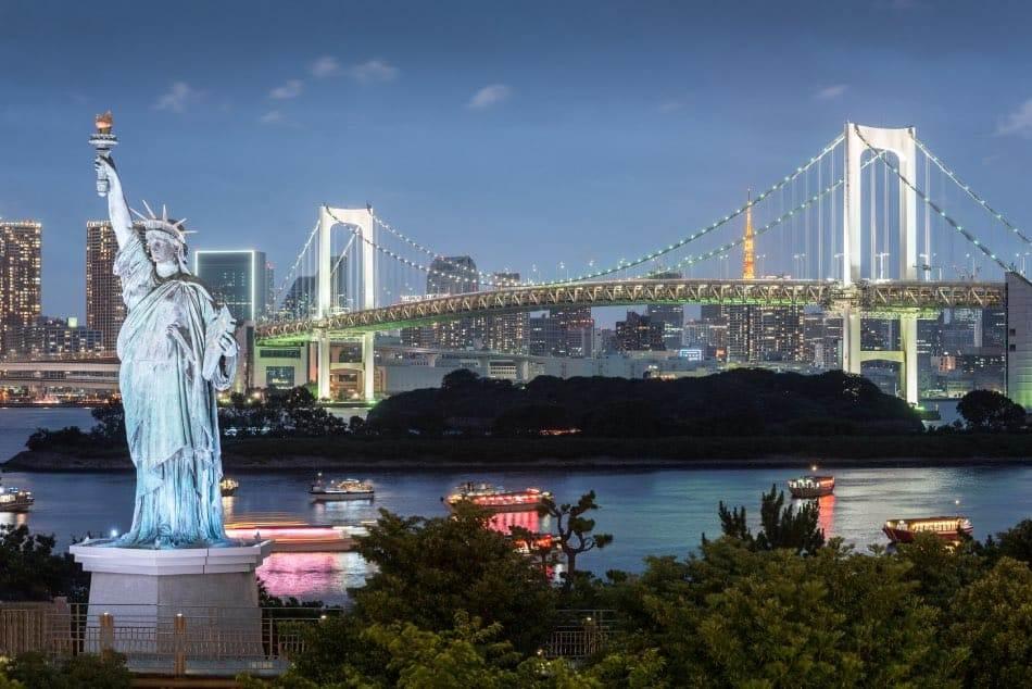 Odaiba, Statua della Libertà e Ponte Arcobaleno